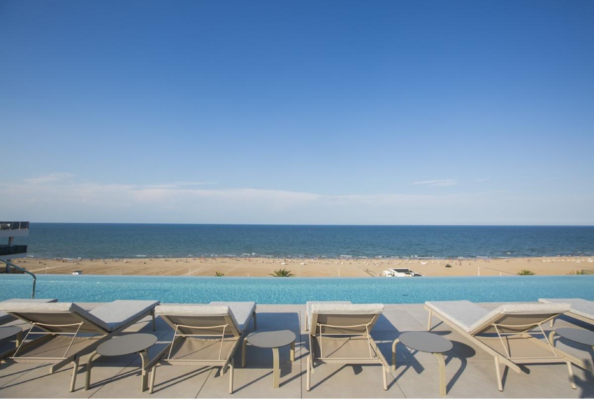 UNIQ piscina infinity del hotel bayren